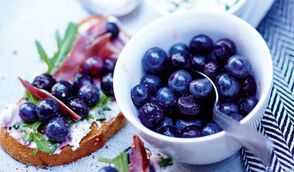 Tartine de fromage frais, blueberries, miel et jambon cru