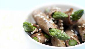 Rouleaux de bœuf et asperges vertes