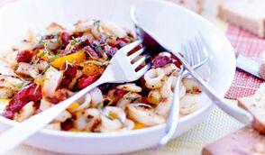 Anneaux de calmar grillés à l'ail et au citron, poivrons grillés, chorizo