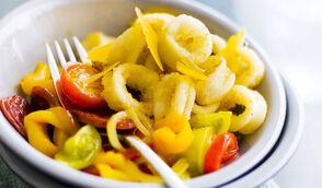 Calmars frits, compotée d'oignons et poivrons, copeaux de mimolette