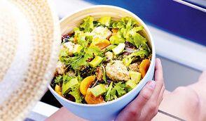 Salade de poulet pané à la noix de coco, abricot et avocat
