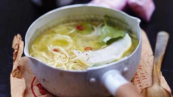 Bouillon de nouilles aux raviolis, légumes et coriandre