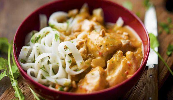 Poulet sauce massaman et nouilles de riz cuisinées