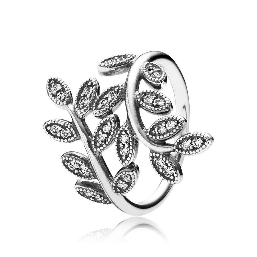 Artikel klicken und genauer betrachten! - Pandora Ringe 190921CZ-48 - Dieser luxuriöse Ring bringt dich sofort in festliche Stimmung. Sterling-Silber wurde in die Form von zwei Zweigen gebracht, die sich sanft um deinen Finger winden. Kleine, exquisit geformte Blätter sind mit kubischen Zirkonia besetzt und funkeln im Licht. Diesen bezaubernden Ring kannst du im PANDORA eSTORE kaufen. - 190921CZ-48 Pandora Ringe | im Online Shop kaufen