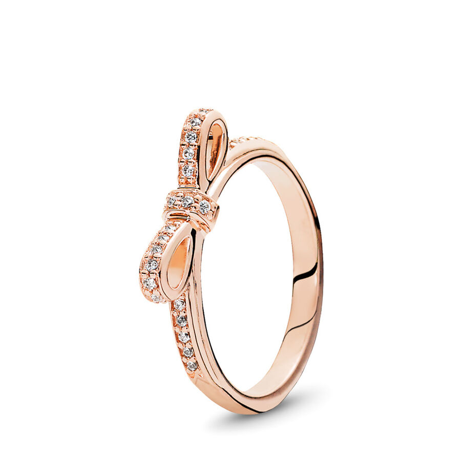 Artikel klicken und genauer betrachten! - Pandora Ringe 180906CZ-52 - Dieser zarte Schleifen-Ring in einem dezenten Rosaton ist nicht nur ein absolutes Must-have sondern steckt auch voller Bedeutung: Eine gebundene Schleife zeigt symbolisch dass zwei Personen miteinander verbunden sind. Schenke Deiner Liebsten diesen Ring und das Funkeln der Steine wird sie jeden Tag an Dich erinnern. Unsere PANDORA ROSE Kollektion ist aus einer einzigartigen Metall-Legierung gefertigt und mit 14 Karat Roségold plattiert. - 180906CZ-52 Pandora Ringe | im Online Shop kaufen