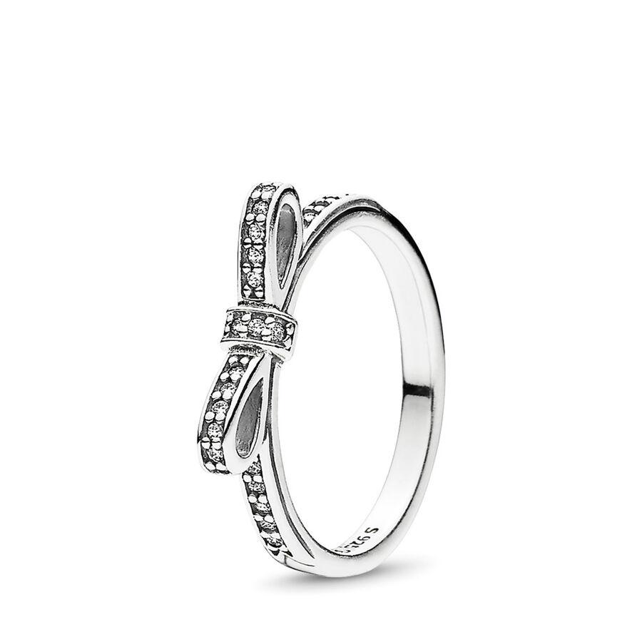 Artikel klicken und genauer betrachten! - Pandora Ringe 190906CZ-48 - Dieser filigrane Ring wurde aus Sterling-Silber in Form einer aparten Schleife gefertigt. Durchsichtige kubische Zirkonia funkeln daran und verleihen Dir einen Hauch von Glamour. Für einen besonderen Look kannst du diesen Ring aus Silber und Gold bestellen und die beiden Ringe zusammen tragen. - 190906CZ-48 Pandora Ringe   im Online Shop kaufen