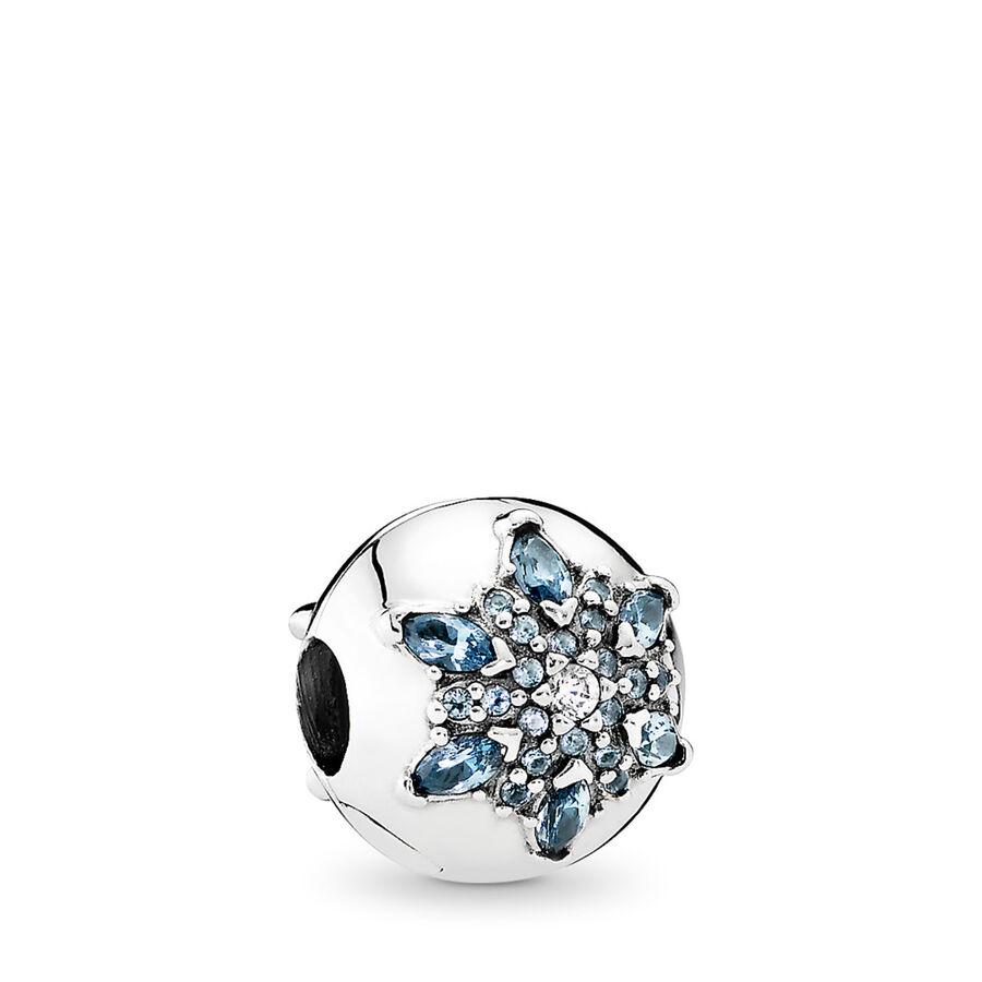 Artikel klicken und genauer betrachten! - Pandora Charms 791997NMB - Dieser exquisite Clip aus Sterling-Silber wurde inspiriert von der Schönheit funkelnder Schneeflocken und Eiskristalle. Mit seinem frostigen Design wird er einen Hauch von Winter an Dein Armband bringen. - 791997NMB Pandora Charms | im Online Shop kaufen