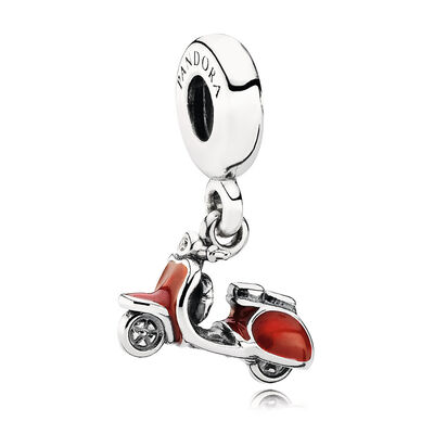 Roter Roller, Charm mit Anhänger
