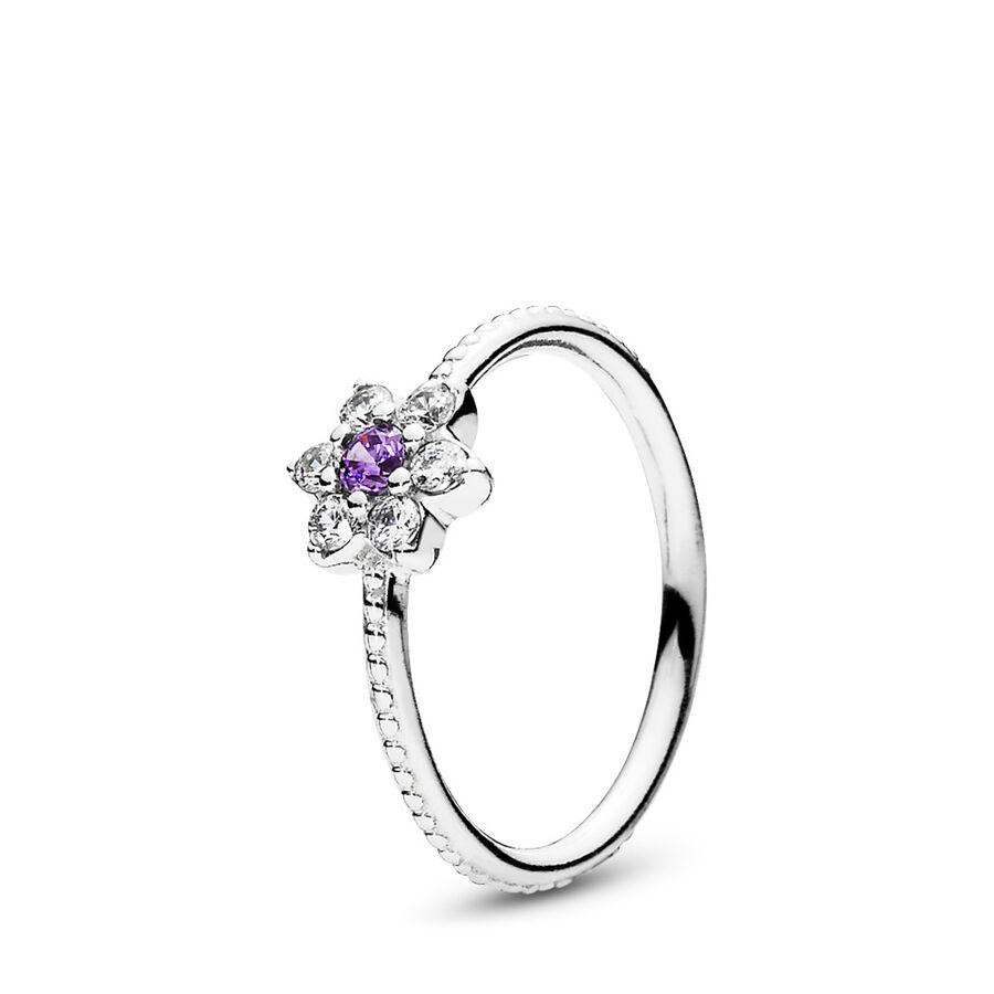 Artikel klicken und genauer betrachten! - Pandora Ringe 190990ACZ-50 - Als Hommage an die schöne Vergissmeinnicht-Blume hat dieser schicke Ring ein zierliches und elegantes Design. Sein zartes, blumiges Aussehen, das violettfarbene Cubic Zirkonia-Mittelstück und die Körner-Details machen diesen Ring zu einem charmanten Schmuckstück für das Frühjahr. Kombiniere ihn mit ergänzenden Blumenringen aus aktuellen und vergangenen Kollektionen und erschaffe ein strahlendes Blumensträußchen. - 190990ACZ-50 Pandora Ringe | im Online Shop kaufen