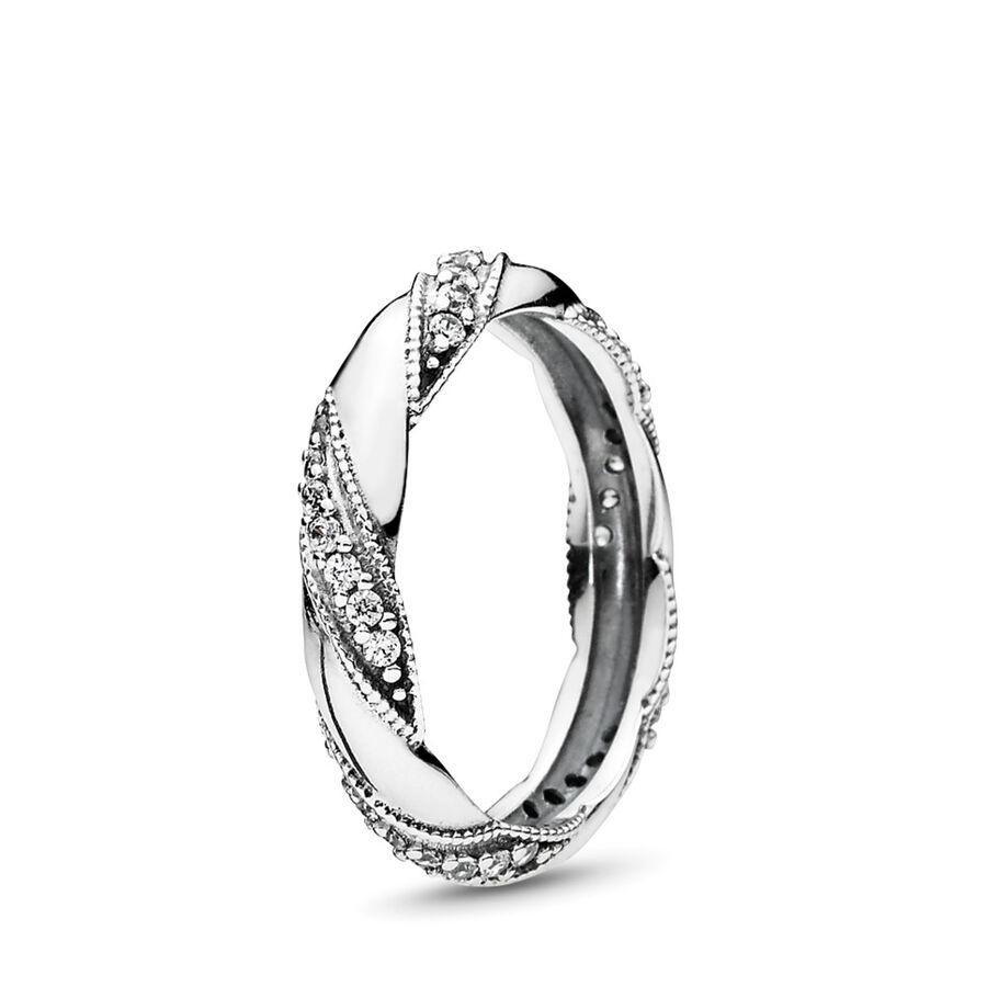Artikel klicken und genauer betrachten! - Pandora Ringe 190981CZ-48 - Dieses filigran gearbeitete Design zeigt ebenfalls ein funkelndes Band, das um die Mitte eines Rings aus Sterling-Silber gewickelt ist. Jede Frau, die diesen bezaubernden, femininen Ring erhält, wird ihn für immer hoch schätzen. - 190981CZ-48 Pandora Ringe | im Online Shop kaufen