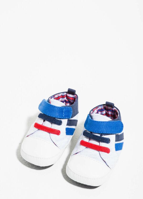 Sneakers con lacci e strappo | OVS