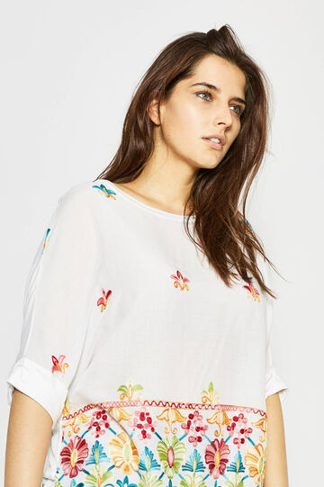 Curvy blouse with raw edges and embroidery