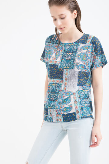 Multi-coloured patterned T-shirt.