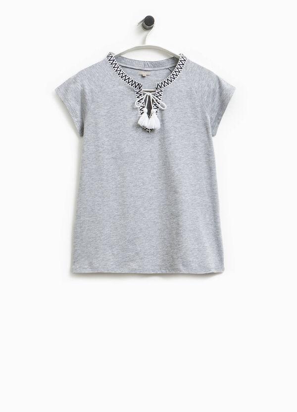 Camiseta con cuello de pico y borlas Smart Basic | OVS