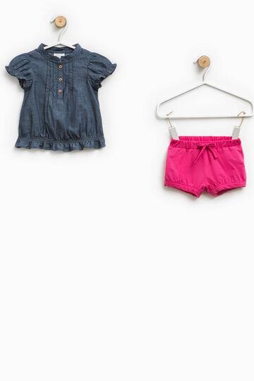 Completo camicetta di jeans e shorts