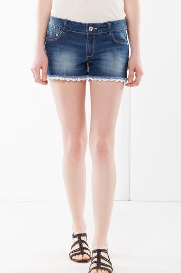Shorts jeans con merletto, Lavaggio medio, hi-res