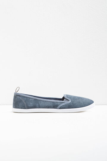Slip-on shoes with contrasting sole