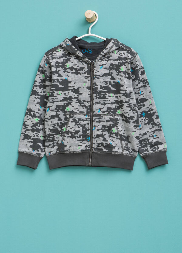 T-shirt and camouflage sweatshirt outfit | OVS