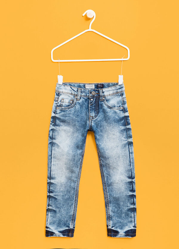 Mis-dyed-effect jeans with button | OVS