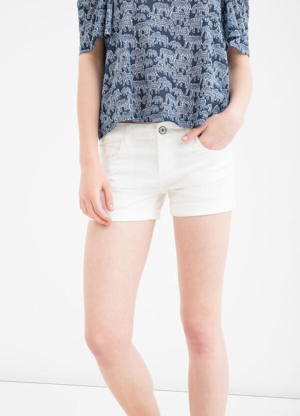 Shorts stretch tinta unita con risvolto | OVS