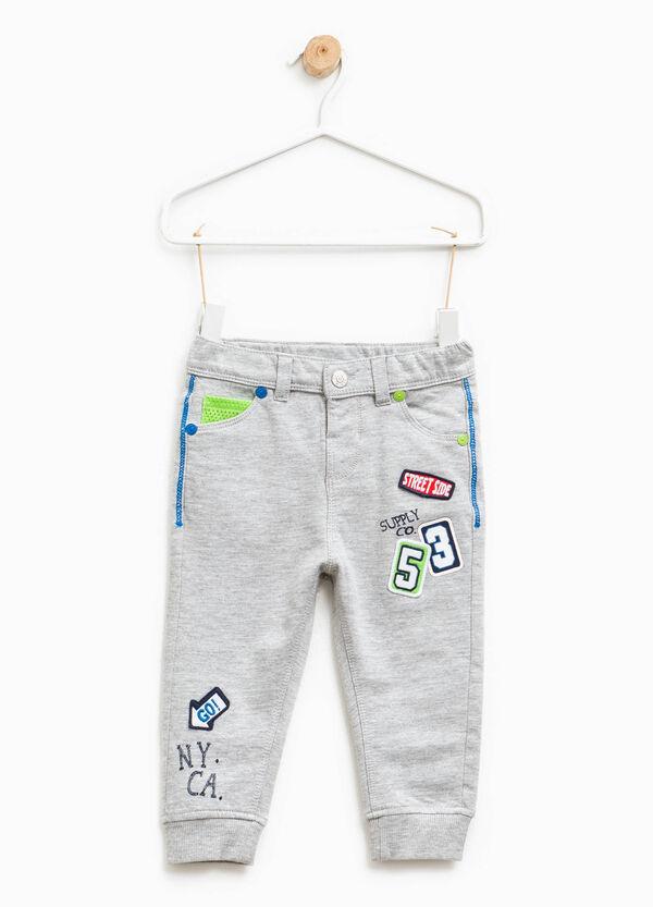 Pantaloni in cotone con stampa e patch | OVS