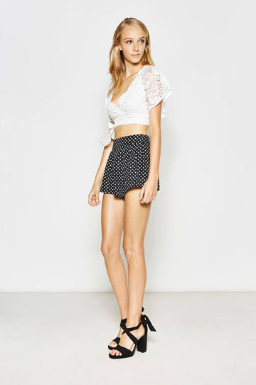 High-waisted shorts with polka dot pattern