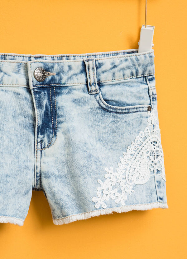 Mis-dyed-effect denim shorts with lace | OVS