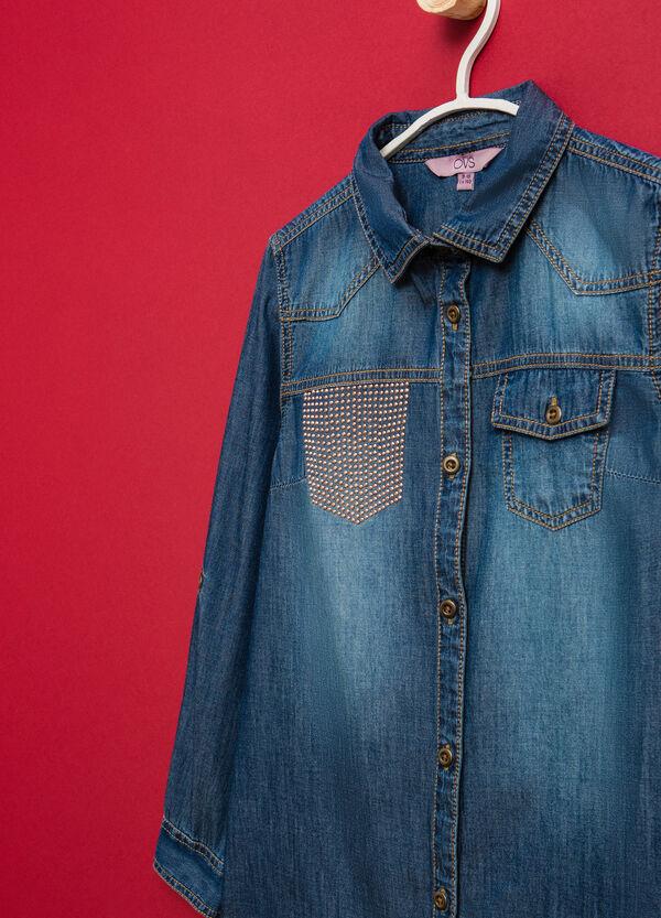 Camisa vaquera con un bolsillo decorativo con strass | OVS