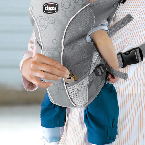 Mesh pockets on the Chicco UltraSoft Carrier Vega give you a place to store keys, pacifiers, and other small items