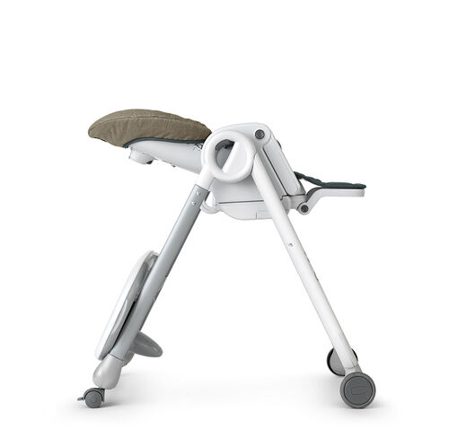 The newborn recline on the Polly Progress highchair includes a 5pt harness
